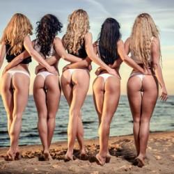 Sexy Girls in Panties geben Duftstoffe an Männer
